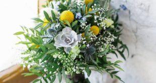 Brautstrauß Wiesenblumen, mit Sukkulenten und Gelbe Trommelstöckchen von Anmut...