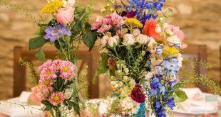 Eine Braut mit Brille für ihre süße Frühlingshochzeit voller Farbe und Charm...