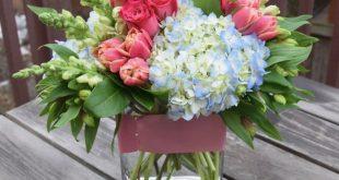 Blumengesteck mit Tulpen, Löwenmäulchen, Rosen und Hortensien. - Floristik - ...