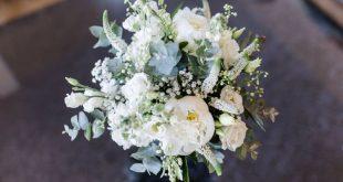 Brautstrauß in weiß und grün mit Eukalyptus.  Foto: Verena Hohmann Fotografie